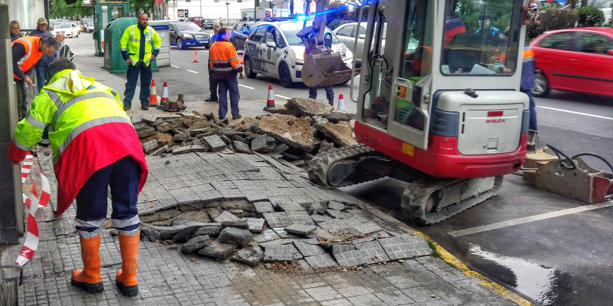 Reparada en menos de catro horas unha rotura na Avenida de Arteixo